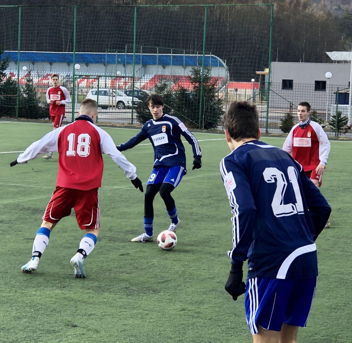 Tak to vsobotu 11. januára toho roku vyzeralo počas modelovaného zápasu dorastencov U19 na umelej tráve futbalového komplexu vo Zvolene. Foto: Roman Reptiš