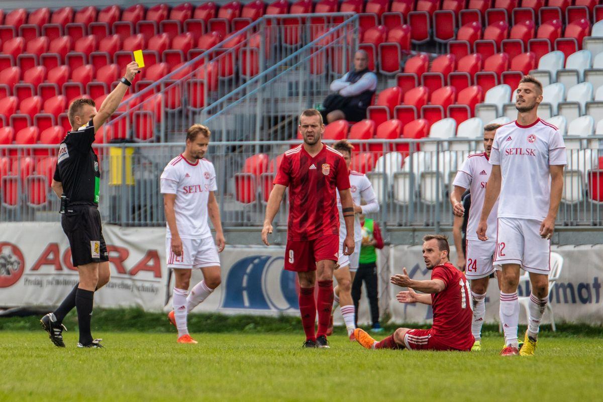 Dôležitý moment zápasu. 20. minúta. Hosťujúci pilier bardejovskej obrany Lukáš Horváth s číslom 12 dostáva 2. žltú kartu za zatiahnutie záchrannej brzdy za polovicou ihriska, keď by mu už ušiel Jožko Dolný, po ktorej ihneď nasledovala červená karta a oslabil tým svoje mužstvo na min. 70 minút, z ktorých bolo nakoniec až 74.