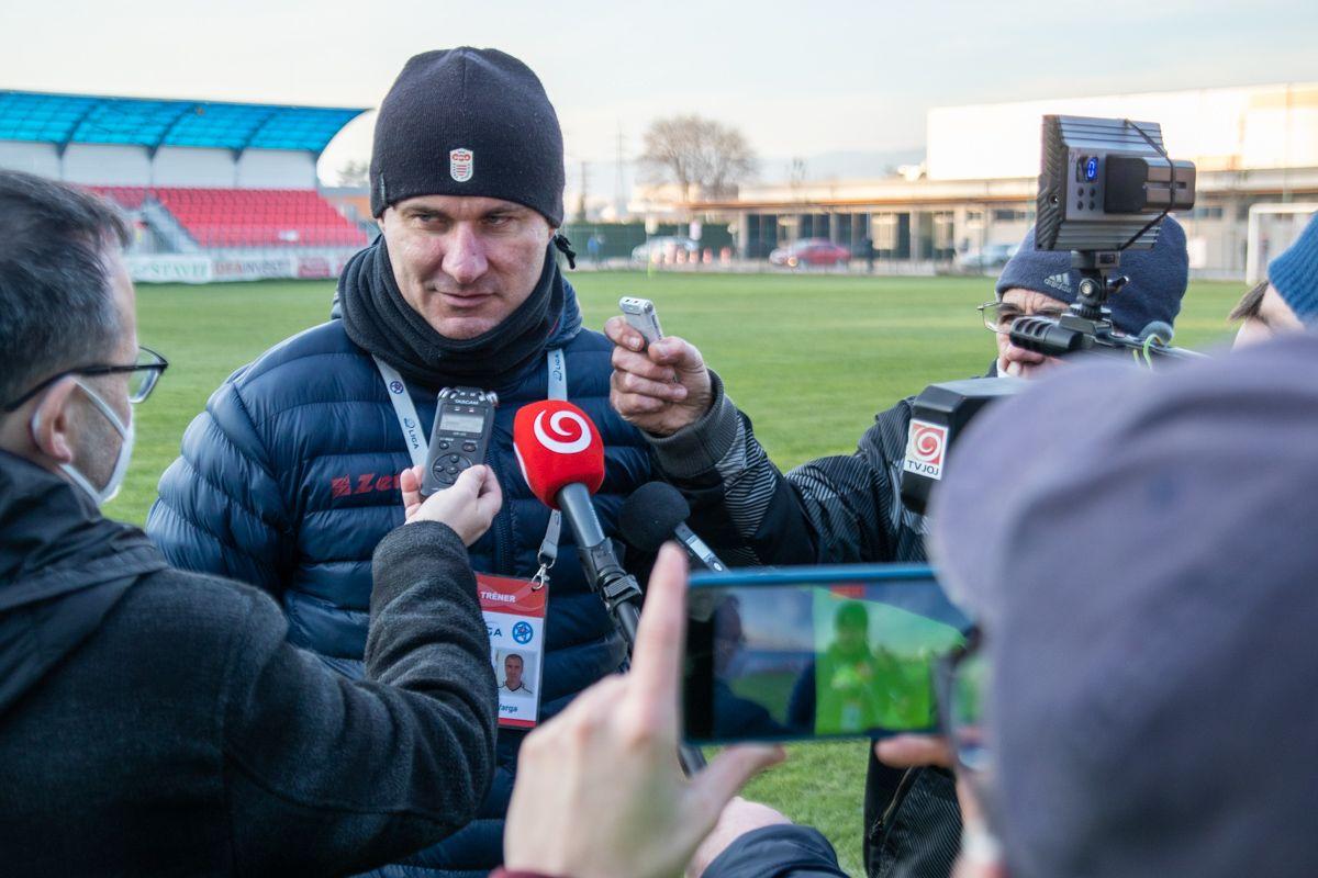 Spokojný tréner Dukly Stano Varga hodnotí spokojne zápas médiám. Foto: Samo Telúch, Športová agentúra DUKLA