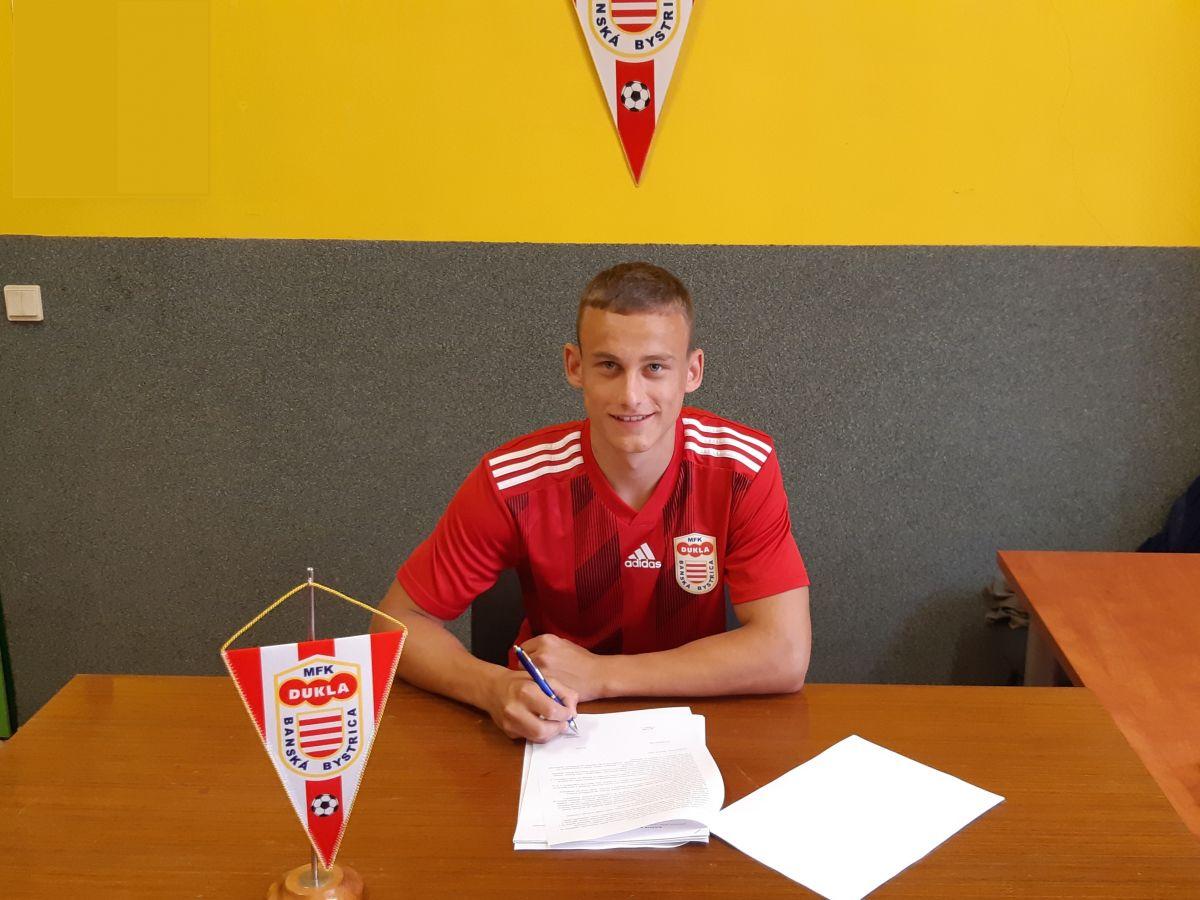 Talentovaný Hanes podpísal profesionálnu zmluvu