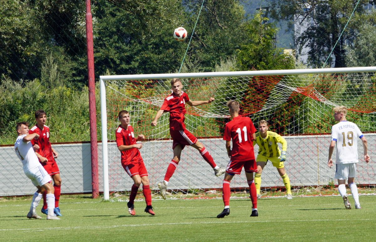 Situácia pred bránou Dukly, zľava hráči Dukly v červenom drese: Jakub Šimúth, Adam Červeň, Patrik Reptiš a Richard Reptiš. Foto: Roman Reptiš.